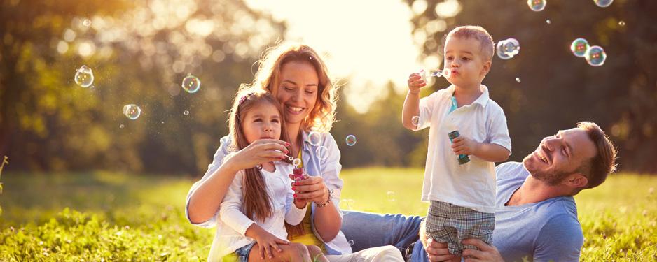 Familie sorgenfrei wegen betrieblicher Gesundheitsversicherung