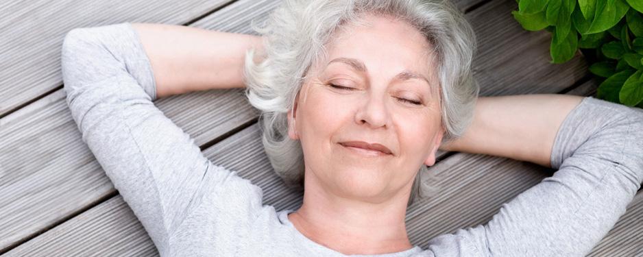 Frau entspannt durch die Firmenpension