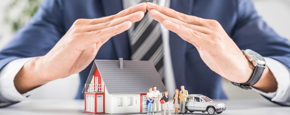 Versicherungsmakler haelt schuetzende hande über Kunden