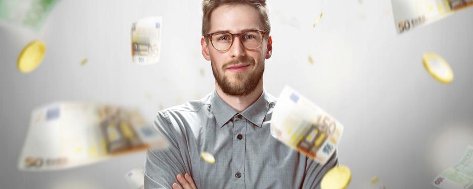 Mann vor Geld dass er durch steuerfreise Mitarbeitersparen gespart hat
