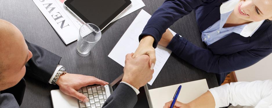 Geschaeftskunden schließen einen Versicherungsvertrag ab