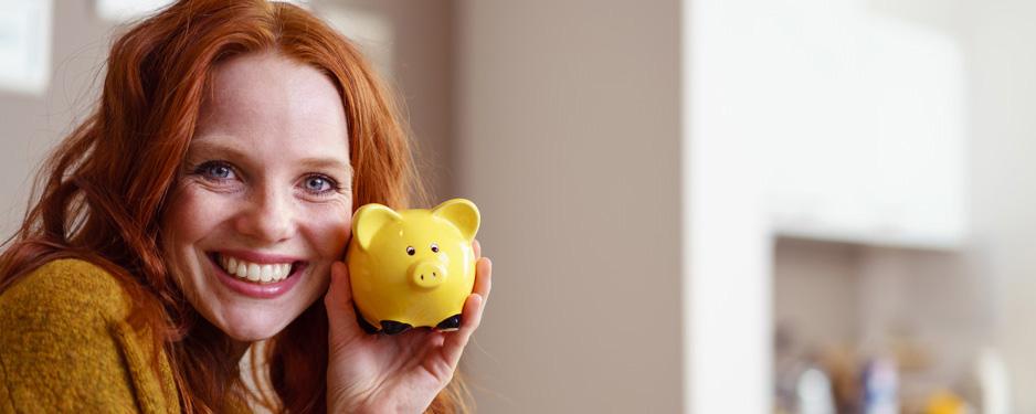 Frau mit Sparschwein sicheres Sparen